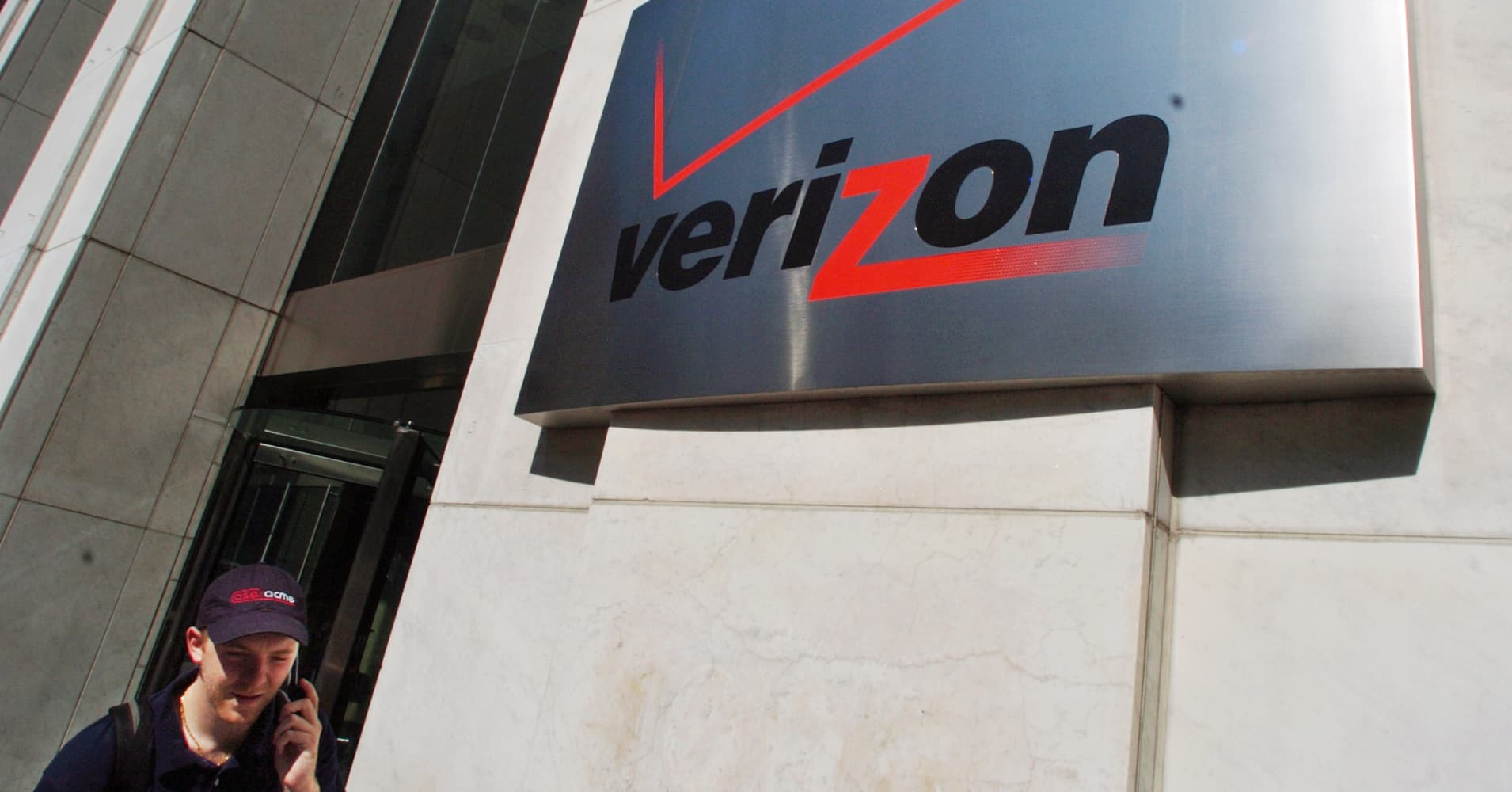 Comcast should buy verizon for 215 billion citi analyst says biocorpaavc Image collections